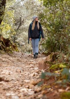 Frau mit rucksack in der natur