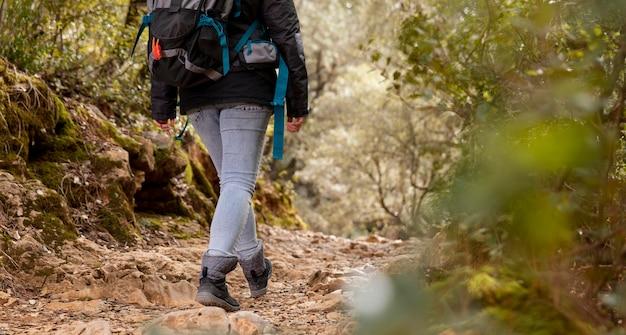 Frau mit rucksack in der naturnahaufnahme