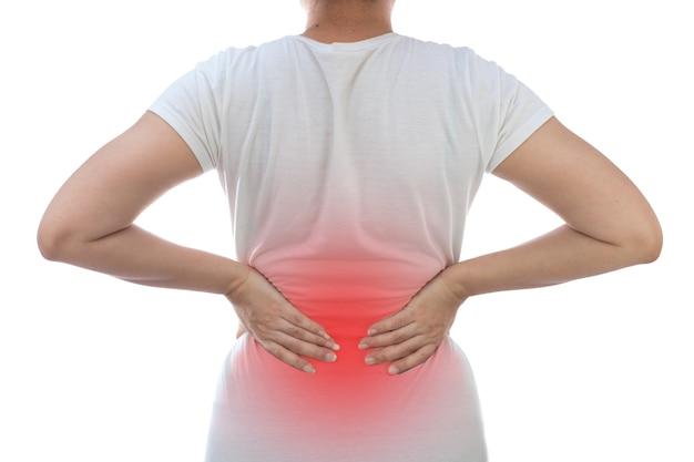 Frau mit rückenschmerzen auf weißem hintergrund gesundheitsproblem unbehagen konzept