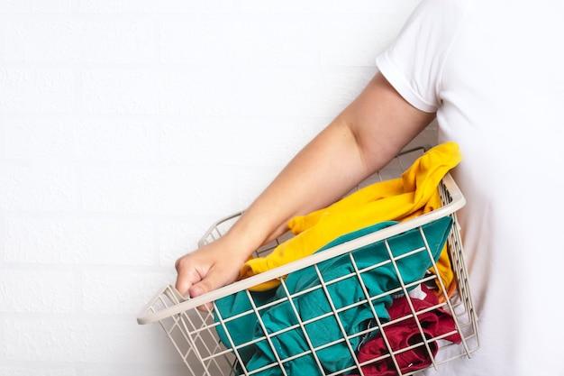Frau mit sauberer kleidung im wäschekorb