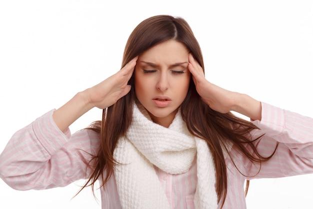 Frau mit schal ihre stirn zu berühren