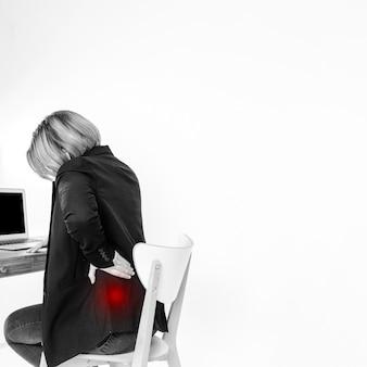 Frau mit schmerz zurück im büro
