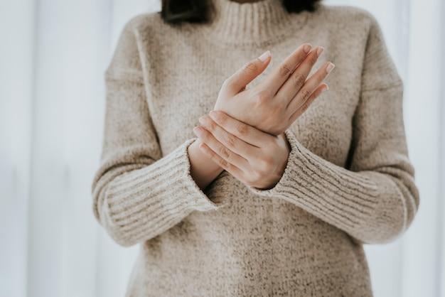 Frau mit schmerzen am handgelenk