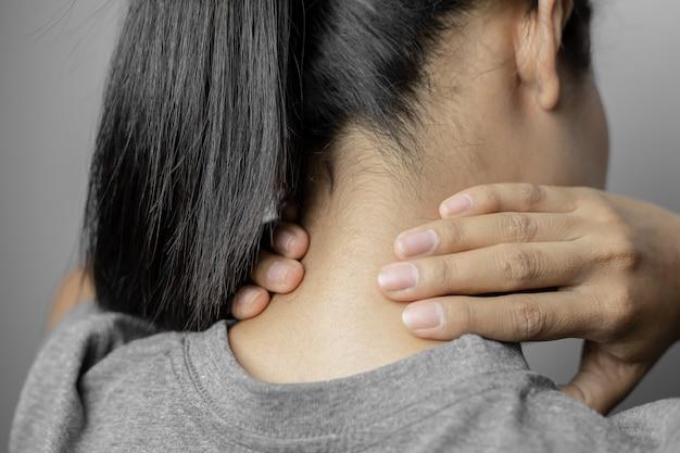 Frau mit schmerzen im nacken.