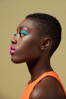 Frau mit schönem make-up aus nächster nähe