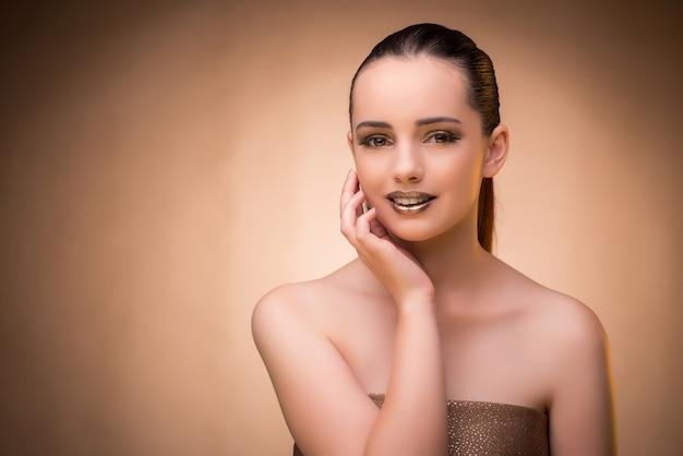 Frau mit schönem make-up gegen hintergrund