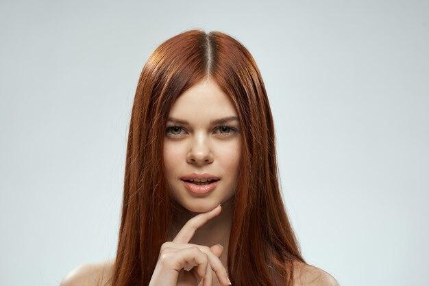 Frau mit schönen langen haarpflege nackten schultern kosmetik beschnitten ansicht hellen hintergrund.