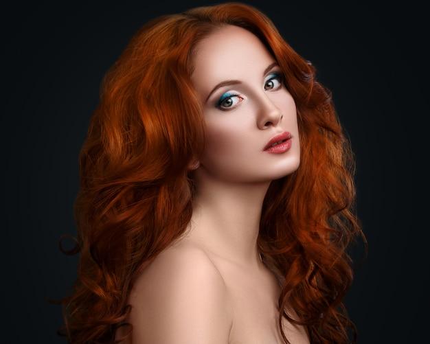 Frau mit schönen roten haaren