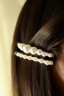 Frau mit schöner haarspange, nahaufnahme