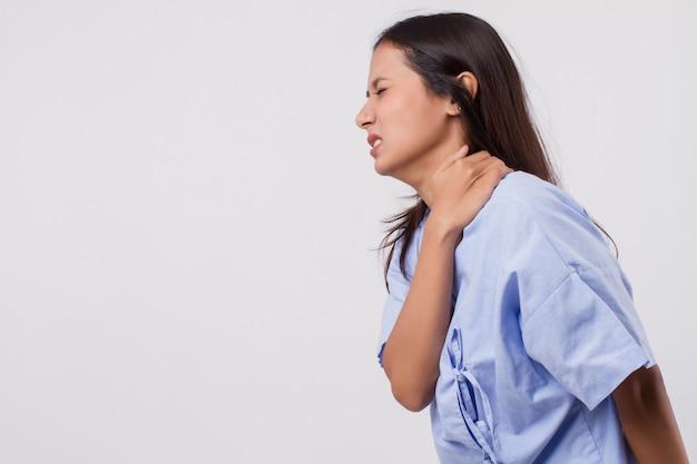 Frau mit schulterproblemen, nackenschmerzen, steifheit, verletzung
