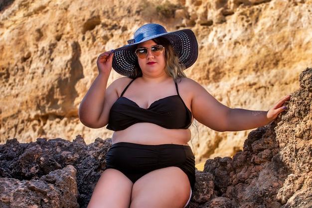 Frau mit schwarzem bikini