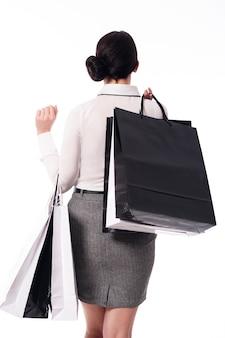 Frau mit schwarzen einkaufstüten. einkaufszeit!