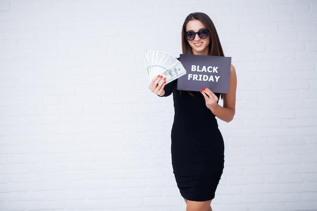 Frau mit schwarzer freitag inschrift und geld