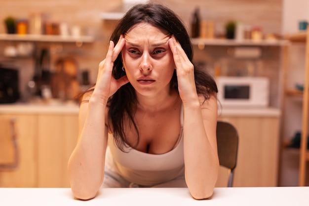 Frau mit schwindel, gestresste müde unglückliche besorgte unwohle frau, die an migräne, depressionen, krankheiten und angstzuständen leidet, die sich mit allergiesymptomen erschöpft fühlen