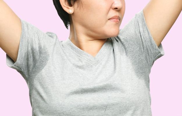 Frau mit sehr schlechtem schwitzen unter achselhöhle