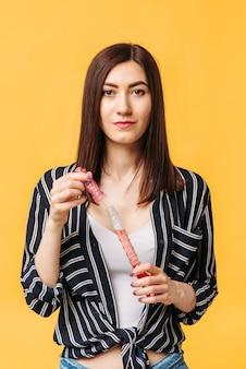 Frau mit seifenblasen, gelbe wand