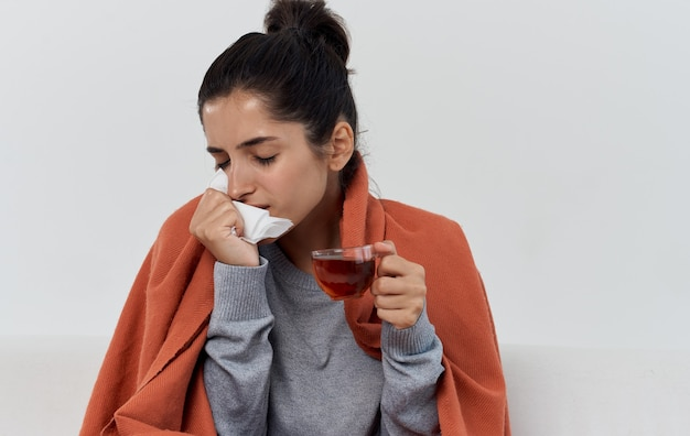 Frau mit serviettengesundheitsproblemen orange plaidallergie. hochwertiges foto