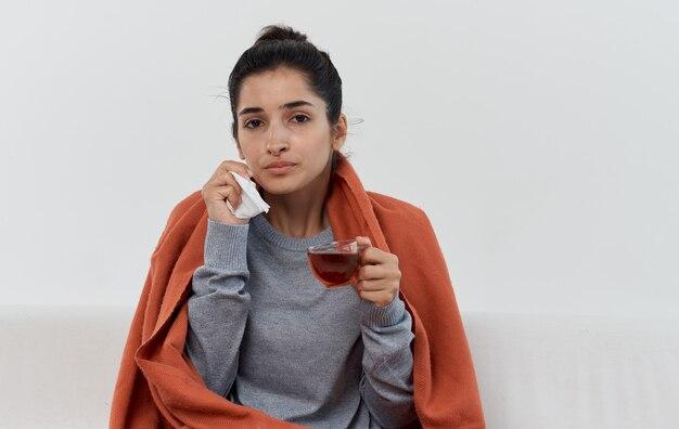 Frau mit serviettengesundheitsproblemen orange plaidallergie