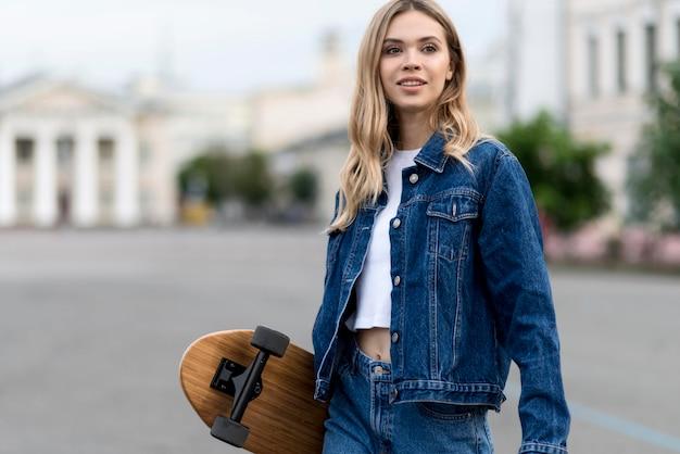 Frau mit skateboard-lebensstilkonzept