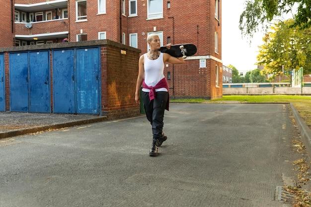 Frau mit skateboard voller schuss