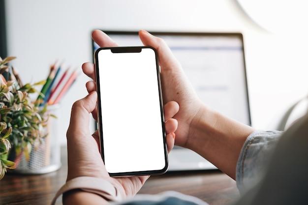 Frau mit smartphone. handy des leeren bildschirms für grafische anzeigenmontage.