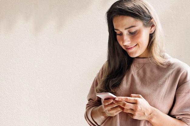 Frau mit smartphone-hintergrund in den neuen normalen medien mit blattschatten