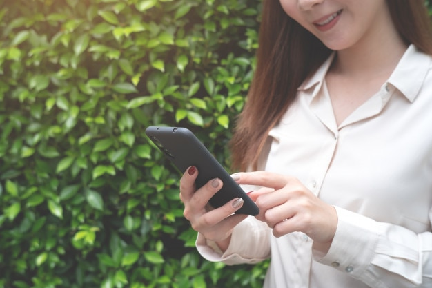Frau mit smartphone. social-media-konzept