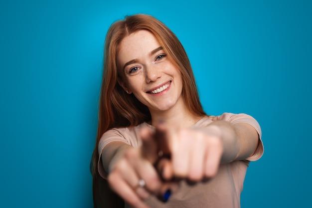 Frau mit sommersprossen zeigen auf die kamera für lifestyle-design-foto-mode-modell-handgeste