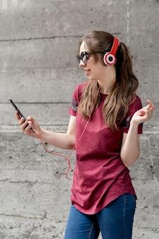 Frau mit sonnenbrille, die musik hört
