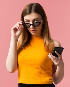 Frau mit sonnenbrille und telefon