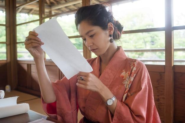 Frau mit spezialpapier für origami