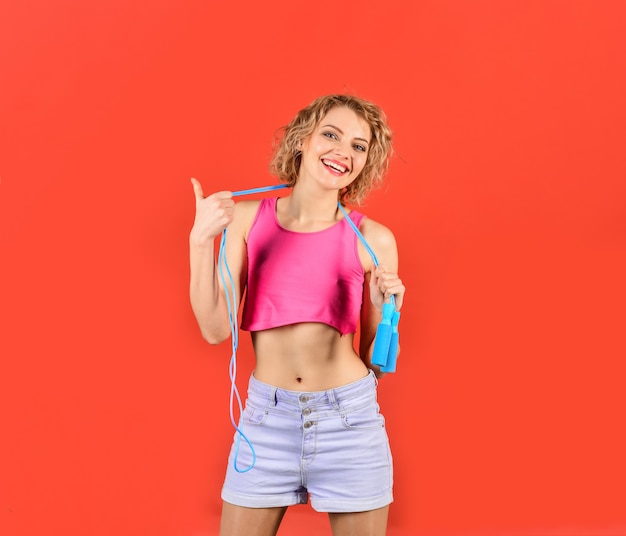 Frau mit springseil. sport zu hause. cardio-training. springseil. mädchen mit springseil.