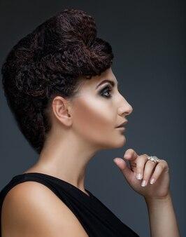 Frau mit stilvoller frisur und make-up