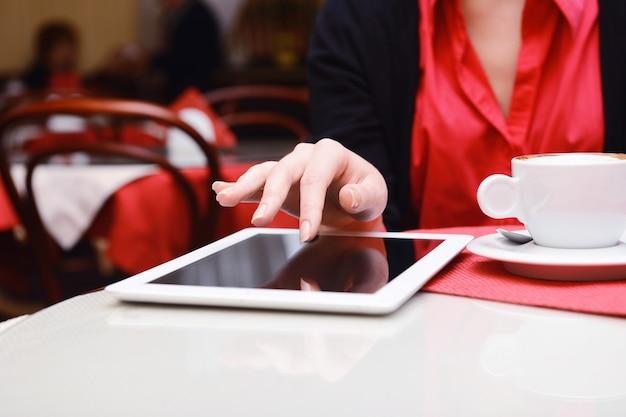 Frau mit tablet-computer im café-shop