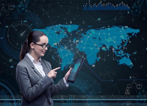 Frau mit tablet-computer im geschäft