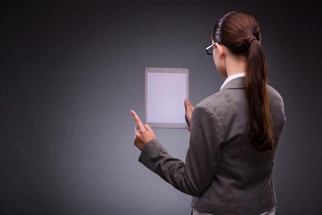 Frau mit tablet-computer im geschäftskonzept