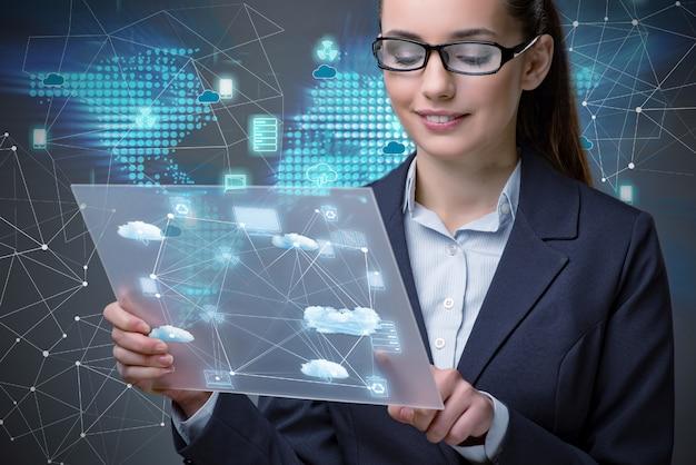 Frau mit tablette in datenverarbeitungskonzept der wolke