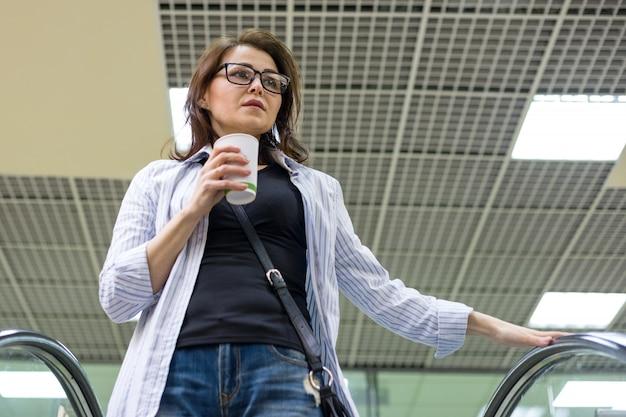 Frau mit tasse kaffee, einkaufszentrum