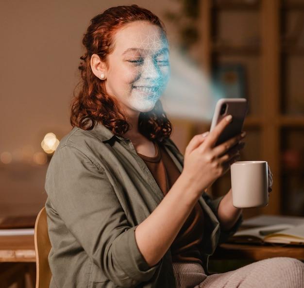 Frau mit telefon, die gesichtsscan tut
