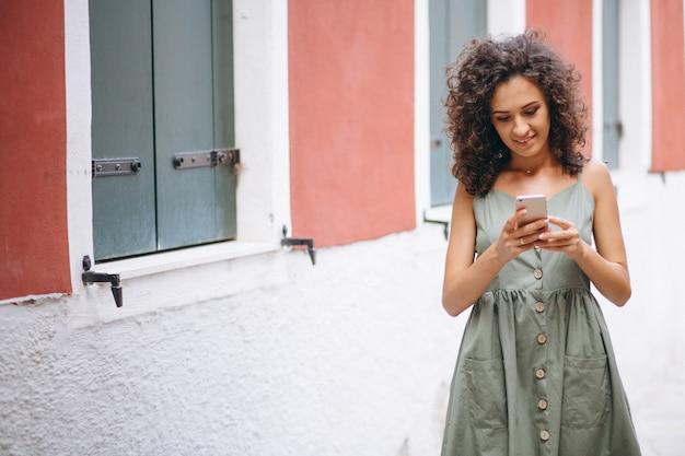 Frau mit telefon im urlaub in venedig