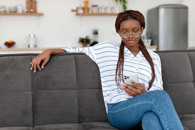 Frau mit telefon mittlerer schuss