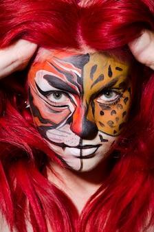 Frau mit tigergesicht in halloween-konzept
