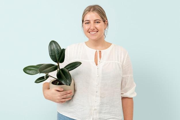 Frau mit topfgummipflanze