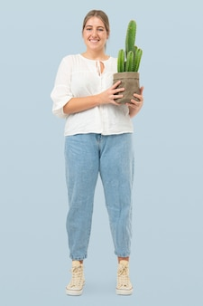 Frau mit topfkaktus in nachhaltiger verpackung