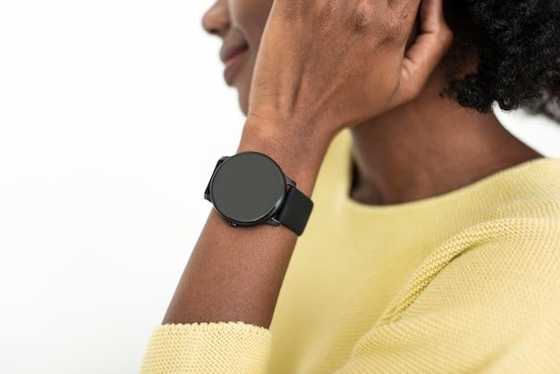Frau mit tragbarer smartwatch-technologie