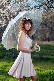 Frau mit transparentem regenschirm