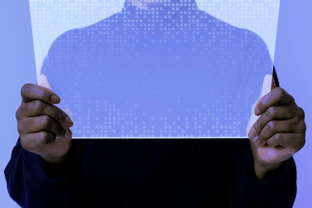 Frau mit transparenter tablette innovative technologie