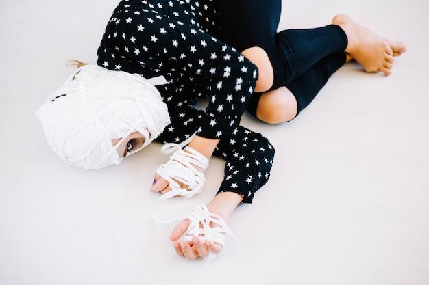 Frau mit verbundenem gesicht und hände liegen