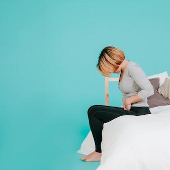 Frau mit verletzten magen