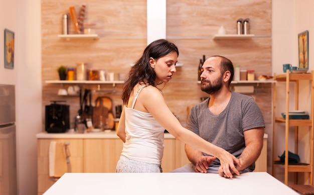 Frau mit vertrauensproblemen, weil sie einen ungläubigen ehemann hat und versucht, seine telefonnachrichten zu lesen. aufgeheizt wütend frustriert beleidigt irritiert beschuldigt sie ihren mann der untreue.